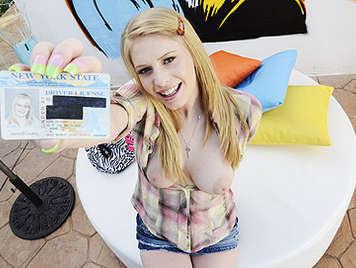 Niña rubia de 18 años tetona en su primera mamada delante de las camaras