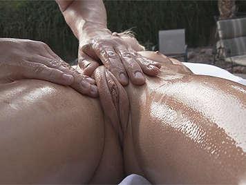 Pequeña adolescente culona rubia recibe un masaje resbaladizo en el coño húmedo