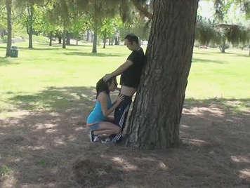 Voyeur atrapar una pareja de jóvenes, follando bajo un árbol