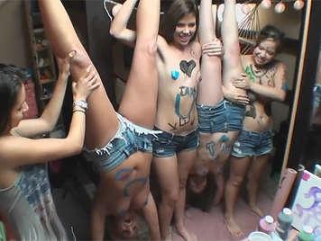 Fiesta de lesbianas universitarias con el cuerpo cubierto de pintura