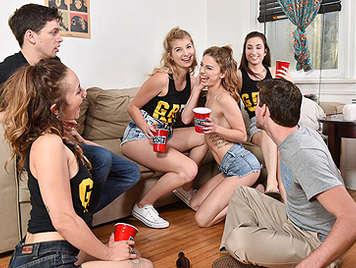 Fiesta de dormitorio de universitarias follando borrachas