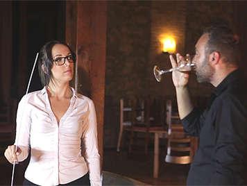La joven española Liz Rainbow con gafitas y follada por el culo