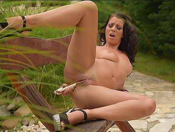 Morenaza con cuerpo de diosa masturbandose con un dildo en un parque