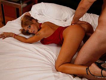 Chica argentina con un culo perfecto follada a cuatro patas