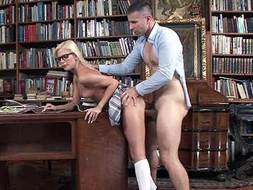 Profesor de internado follando a una alumna rubia de tetas pequeñas con gafitas