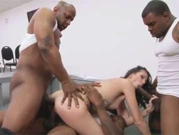 Cuarteto interracial de tres negros con una madurita