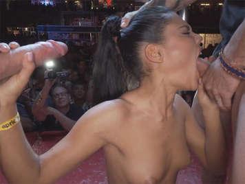 desmadre en el salon erotico de barcelona con apolonia y sus amigas