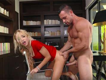 Sexo duro en la oficina con la joven secretaria novata