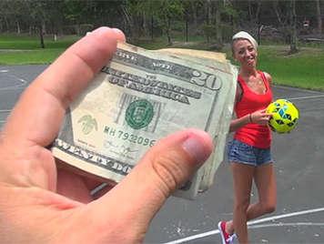 Chica mamando una verga por dinero despues de perder una apuesta