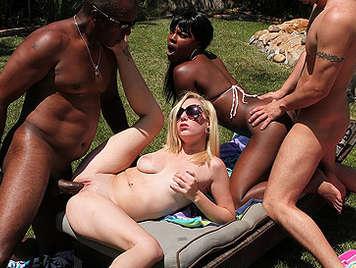 Fiesta de swingers interracial en la piscina con una rubia tetona y una negra con un culazo