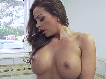 Madura tetona masturbandose en la ducha es follada por su marido