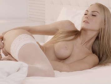 La delicada y sensual ucraniana Nancy con lenceria sexy y metiéndose los dedos y gimiendo