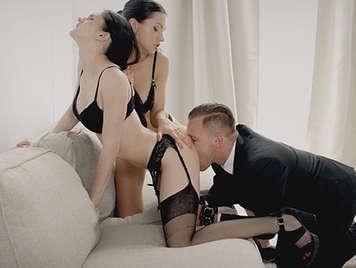 Trio de sexo con dos morenas viciosas en lencería sexy jugando con sus coños