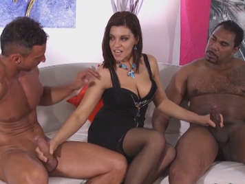 Italiana madura follada por el culo y por el coño en un trio interracial