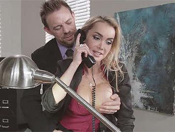 Secretaria rubia con grandes tetas chupando polla y follada en la oficina