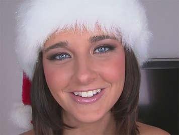 Una Santa Claus de ojos azules comiendo pollas por navidad