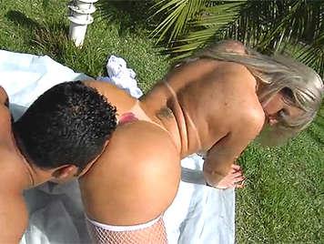 En el jardín follando con una brasileña culona