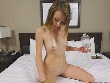 Casting porno filmado en POV a una novata de 18 años untada en aceite