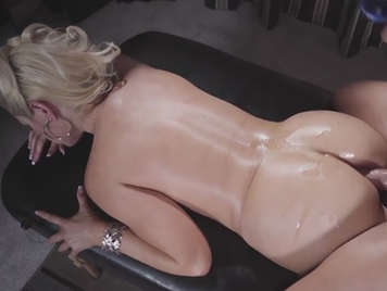 En la camilla de masaje follando el culo de una madura