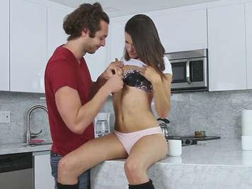 Sexy jovencita en braguitas recibe sexo anal
