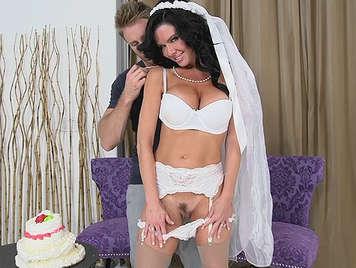 Novia en lenceria blanca de boda con grandes tetas haciendo una mamada magistral arrodillada