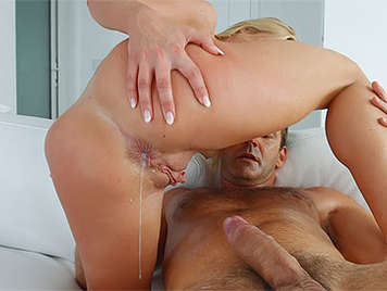 rubia con un culo increible recibe una corrida de esperma caliente en el ojete