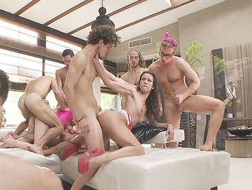 Los amigos le organizan una increible despedida de soltero con tres putas muy calientes