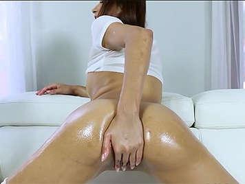 Juegos sexuales con mucho aceite con una latina cachonda
