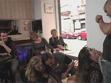 Sexo extremo en publico en una cafeteria llena de clientes