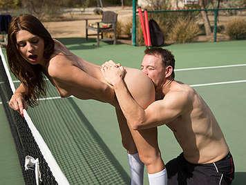 Follando a una colegiala tenista con un culito jugoso