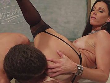 La profesora Madura morena con un culo poderoso dando clases practicas de sexo duro