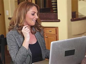 Sexy secretaria madurita tiene ganas de sexo con su jefe