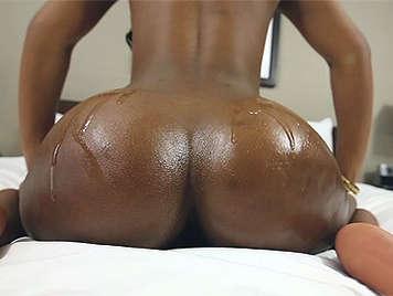 Sexo interracial con una negrita adolescente con un culazo espectacular cubierto de aceite