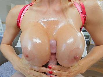 vollbusige blonde Hausfrau tut eine unglaubliche Stroh mit ihre Brüste geschmiert und bedeckt mit Öl und Sperma