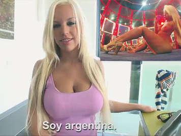Rubia Argentina muy puta con grandes tetas mamando 7 pollas en un peep show