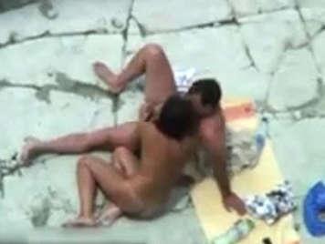Voyeur graba en video a dos parejas follando en una playa nudista