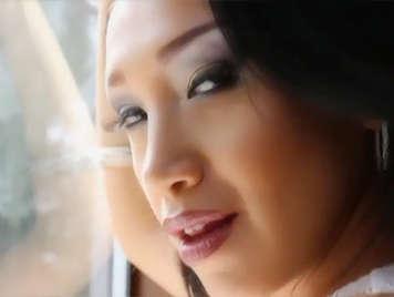 Elegante chica pija asiatica en lenceria sexy chupa y folla una gruesa polla