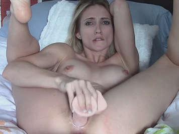 rubia sexy masturbandose con un dildo de comprarplacer