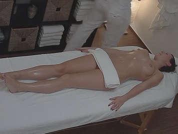 Video porno de camara oculta de masajista follando con su clienta