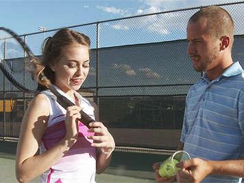 Lolita tenista juega con las pelotas del entrenador golpeando en su culo