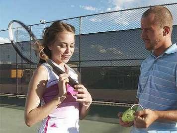 Lolita spielt mit Tennisbällen trainiert