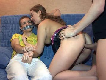 joven Ama de  casa culona y cornuda follando con un amigo delante de su marido infiel atado de pies y manos