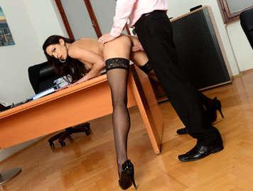 Sexy delgada secretaria morena follando con la polla en la boca haciendo una mamada llenando su boca con una corrida