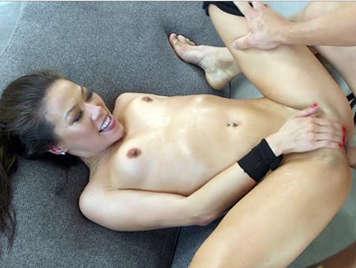 Puta Madura asiatica follada brutalmente tragando una buena corrida de esperma caliente
