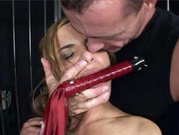 Sexo sadomasoquista con una rubia tetona atada y follada por el culo