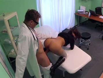 camara oculta en un hospital testigo de una follada a una paciente morena con un culo perfecto