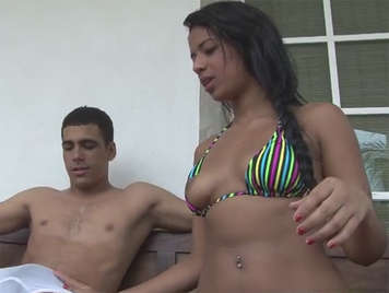 Latina im Bikini wird geil und fickt sie im November