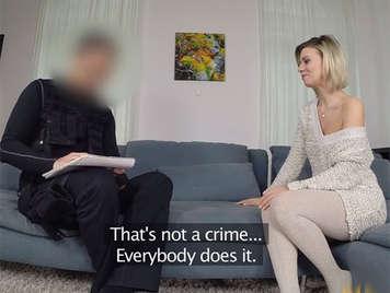 Falso agente de policia follando a una ama de casa rubia natural con un hermoso culo