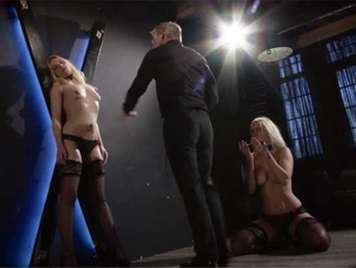 Sexo extremo sadomasoquista, azotando a dos preciosas esclavas sexuales rubias