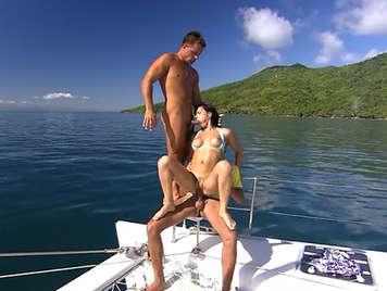 Haciendo un trio en un yate en el caribe